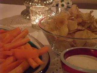 Grønnsaker og chips med dip