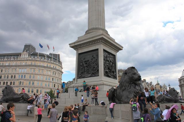 Sochy lvů u pomníku u paty Nelsonova památníku na Trafalgar Square.