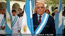 Victorio Ríos presidente del E.R.SA portando la nueva bandera donada por la Municipalidad