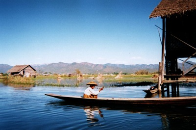 myanmar_inle_woman_in_canoe