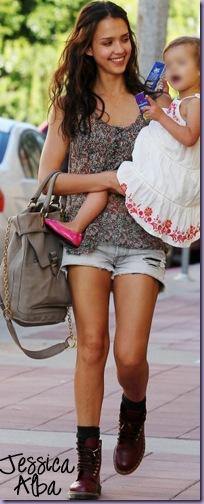 Jessica-Alba-Coturno-Short-Jeans-Floral cópia