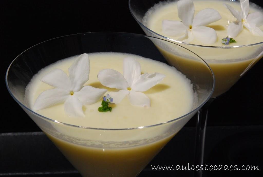 Crema de melón, leche de coco y flores de jazmín