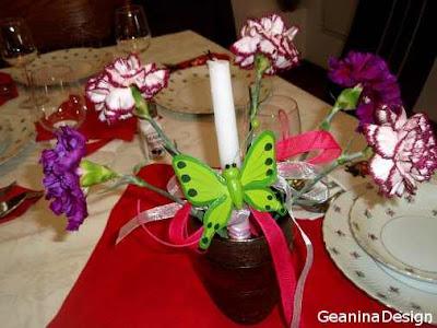 Masa de Paste cu gargarite si detalii de primavara: oua rosii, lumanari personalizate.