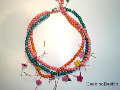 Colier din bile de lemn de culori diferite cu flori din stofa, Geanina dizain.
