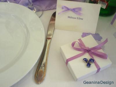 Carduri de masa pentru invitati cu fundita mov pe tema nuntii.