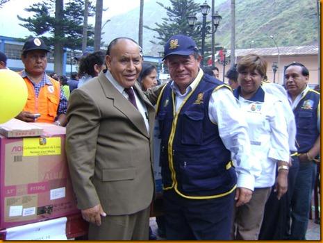 presidente regional nelson chui entregando personalmente las computadoras al alcalde de san antonio - huarochirí