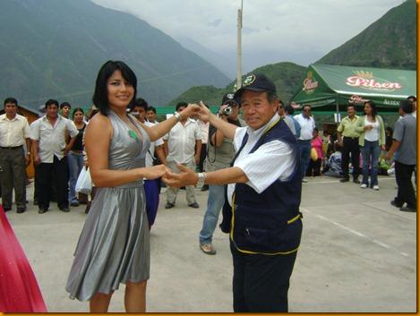 el presidente regional nelson chui bailando una curcucha con la miss encanto 2009