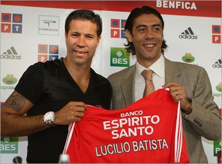 O novo jogador do Benfica, Carlos Martins, acompanhado por Rui Costa, director desportivo do clube.Apresentação de Carlos Martins.01-07-Estádio da LuzFoto João Trindade