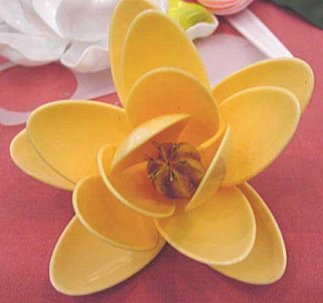 Цветочки из одноразовых ложек