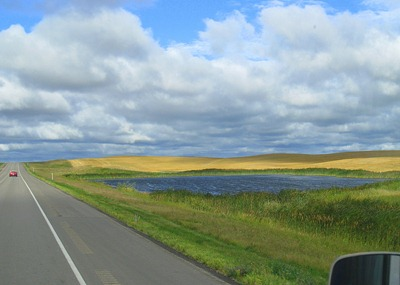 North Dakota: green grass, wheatfields, blue lakes