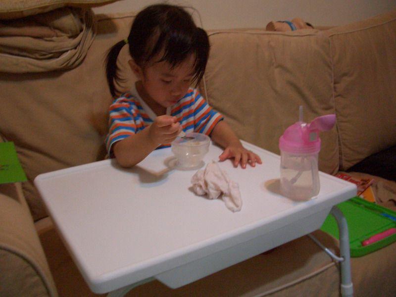 練習自己用湯匙吃東西的Evelyn。