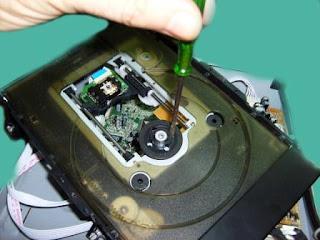 quitar tornillos a motor del dvd