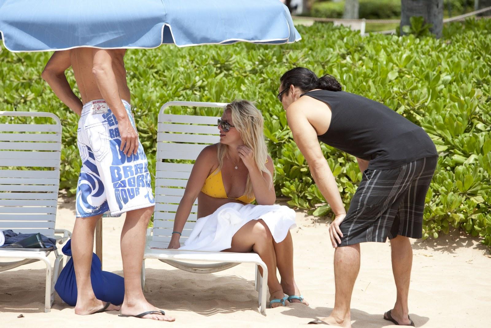 [Britney Spears Bikini Candids in Hawaii 6[5].jpg]