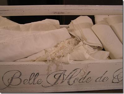 Trälåda La Belle Mode de Paris närbild
