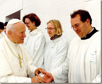 PapstgibtRosenkranzvorderMesse