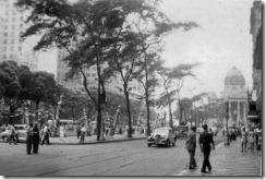 Cinelândia nos anos 50, vista em direção ao Palácio Monroe ao fundo. Na calçada à direita, situava-se o cine Odeon e o Bar Amarelinho. Os bares apresentavam música ao vivo, geralmente violino, flauta e piano