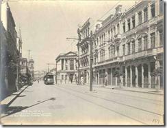 Rua Visconde de Inhaúma – 1908. O edifício neoclássico à direita situa-se na esquina com a Av. Rio Branco. A igreja ao fundo está no Largo Santa Rita , início da então chamada Rua Larga (Rua Marechal Floriano)