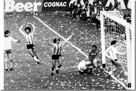1978 FIFA World Cup Argentina - Final Netherlands - Argentina 13-  21 Mario Kempes (ARG middle), Goalkeeper Jan Jongbloed (NED)and Leopoldo Luque