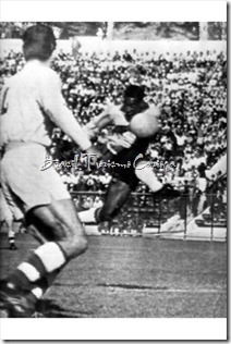 Copa do Mundo da FIFA Chile 1962 - Pele (R) fires an attempt on the Czech goal - Group 3 Brazil 0-0 Czechoslovakia