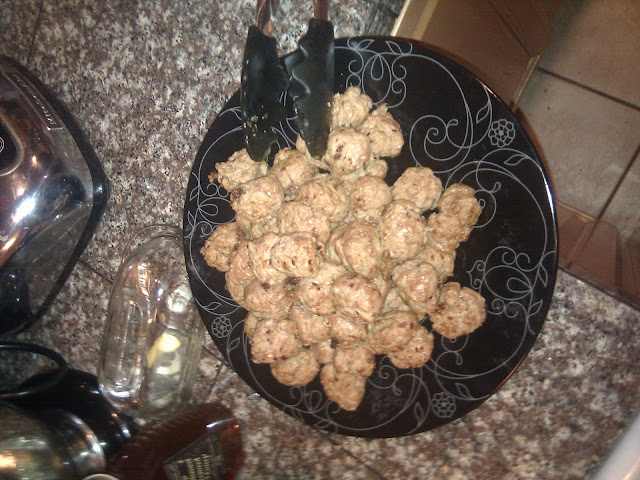 Cooked meatballs. On a different plate, since I'm not completely incompetent about basic sanitation.