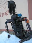 Bacha na špionážní kameru na rameni...
