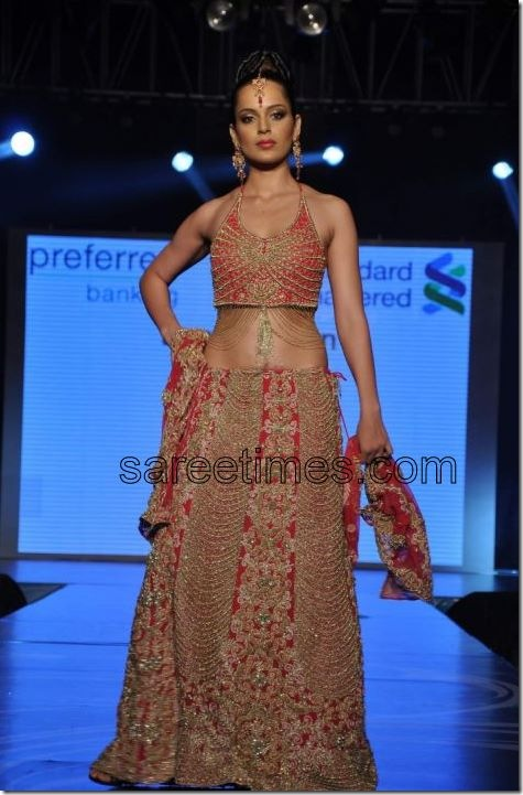 kangana-walks-the-ramp-for-azeem-khan-show