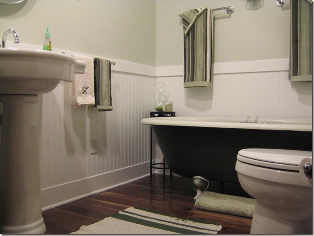 claw foot tub, wood floor, pedestal sink