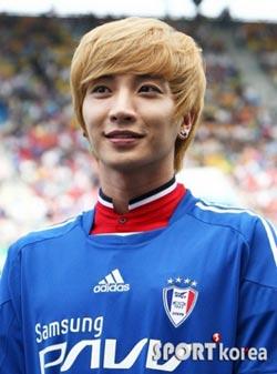 Lee Seung Gi และ Leeteuk ฉลองวันเด็กกับแฟน ๆ ฟุตบอล