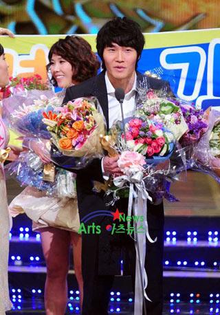 Kang Ho Dong คว้ารางวัลแดซางในงานประกาศรางวัล SBS Entertainment ปี 2010