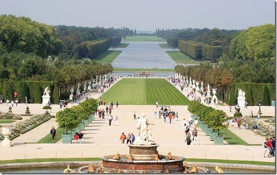 Vista de parte do jardim do Palácio de Versalhes, França