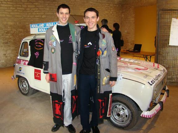 Renaud et Joachim devant leur 4L