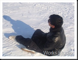 Mario Ligger i sneen