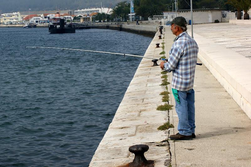 Pescador à beira Sado em Setúbal
