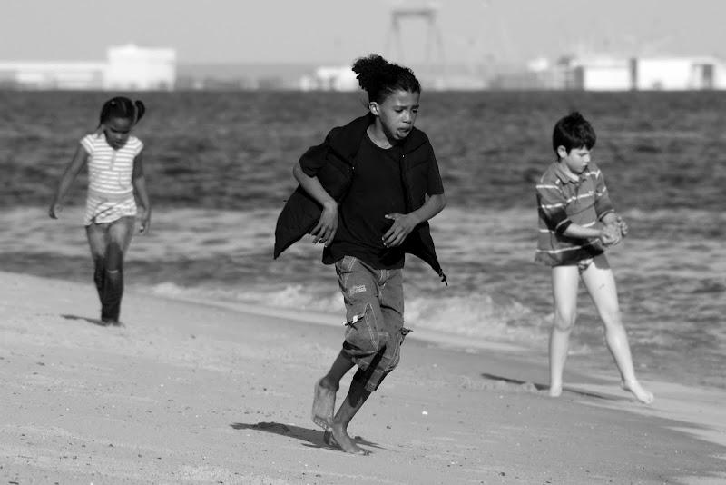 Crianças brincam na praia de Albarquel