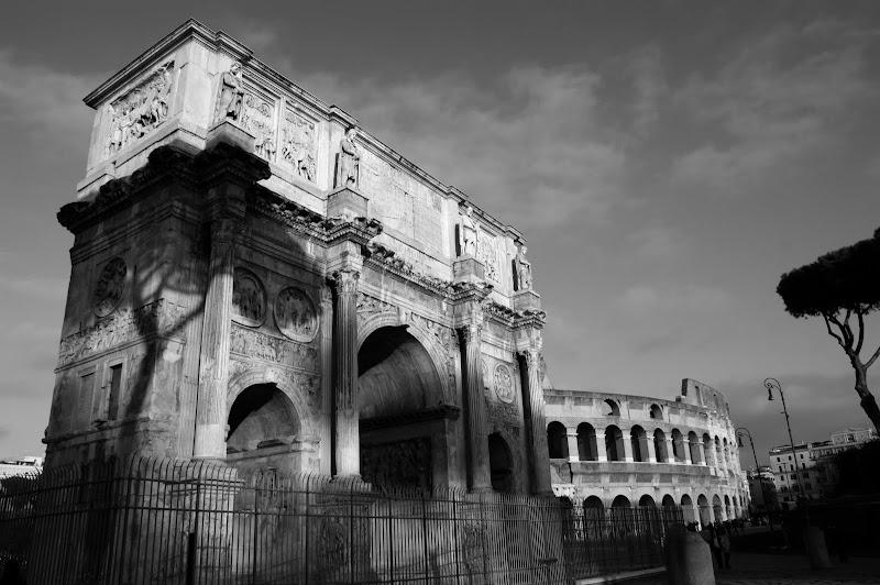 Arco de Constantino com coliseu por trás