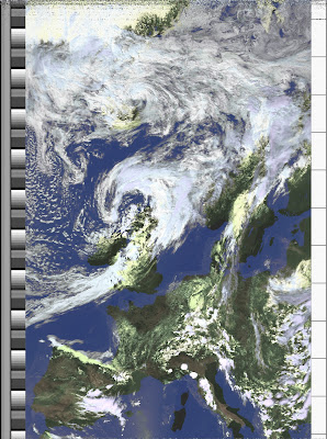 NOAA 18 northbound 59W at 04 Jul 2010 12:38:15 GMT on 137.10MHz, HVCT enhancement, Normal projection, Channel A: 1 (visible), Channel B: 4 (thermal infrared)
