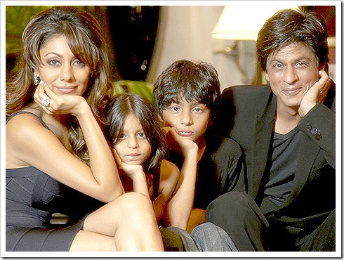 Shahrukh khan with his family at his home Mannat 1
