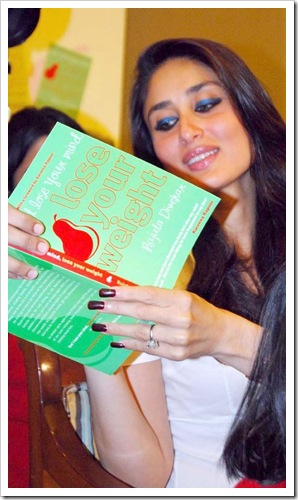 kareena kapoor at a bool launch _ Lose your weight_0
