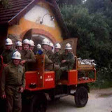 Der alte Tragkraftspritzenwagen vor dem alten Zeughaus mit einem Teil der damaligen Mannschaft