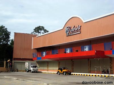 Side entrance of Felcris Supermarket in Toril