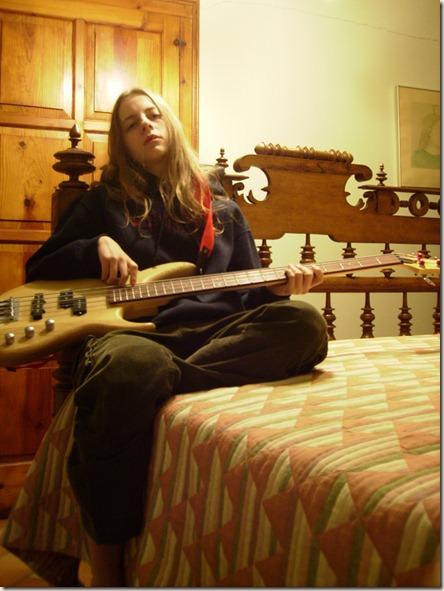 En su cama, con su ropa y con su bajo - A.Z., Rocafort, 26/09/2008 19:41