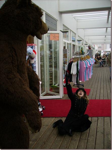 deadly_bite sufriendo el ataque del honorable oso berlinés en una tienda de recuerdos próxima al laberinto judío - Jerome K, Berlin, 27/10/2007 13:35