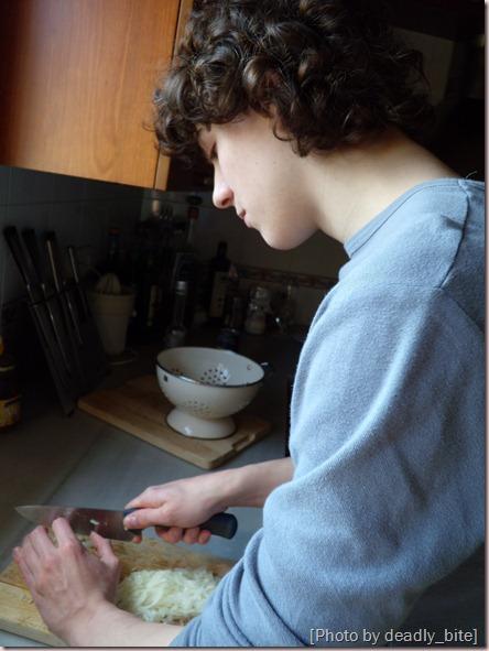 Mi efebo cortando cebollas con sus hábiles y delicadas manos; A.Z., Rocafort, 22/02/09 12:50