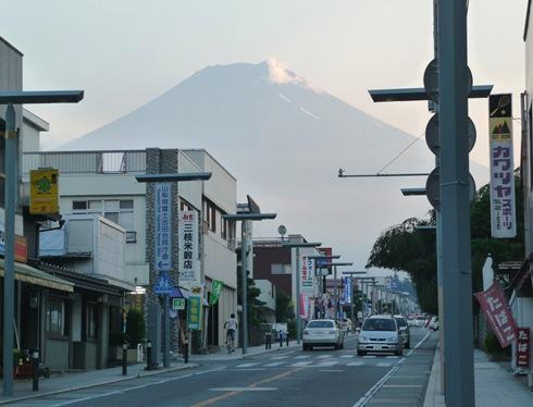 rua de Fujiyoshida como fundo Monte Fuji