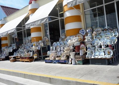 14 - exposição de loiças típicas em frente a loja