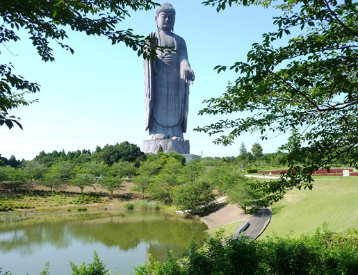 18. ushiku daibutsu ao lado da lagoa