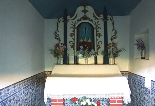 piódão - capela das almas - olhando pela janelinha