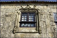 Linhares - janela manuelina da rua direita 1