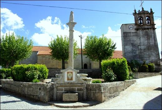 Glória Ishizaka - Vila do Touro - fonte e torre sineira