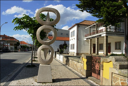 Mêda - Glória Ishizaka - escultura na calçada 1